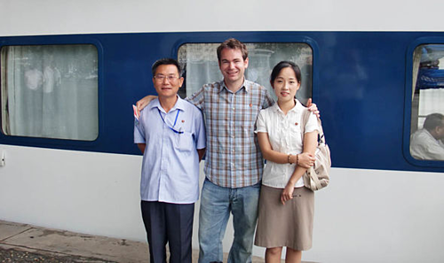 Carl chụp ảnh cùng những người bạn Triều Tiên. Ảnh: Express.