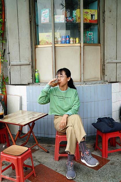 Quán thích hợp cho du khách thích không gian cà phê xưa cũ, nơi có không khí của người dân địa phương thay vì điểm du lịch đông đúc. Ảnh: Phong Vinh.