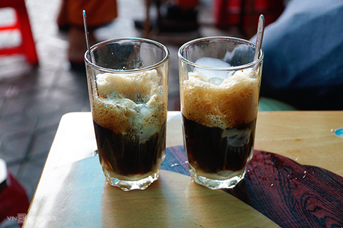 Mỗi ly cà phê có giá 20.000 đồng. Ảnh: Phong Vinh.