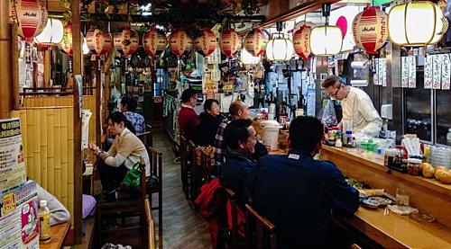 Quán nhậu izakaya là không gian giao lưu được nhiều người Nhật yêu thích. Ảnh: Japan Guide.