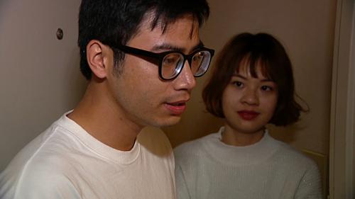 Tan Duong và Anh Nguyen trò chuyện với cảnh sát. Ảnh: Fox 35 Orlando.