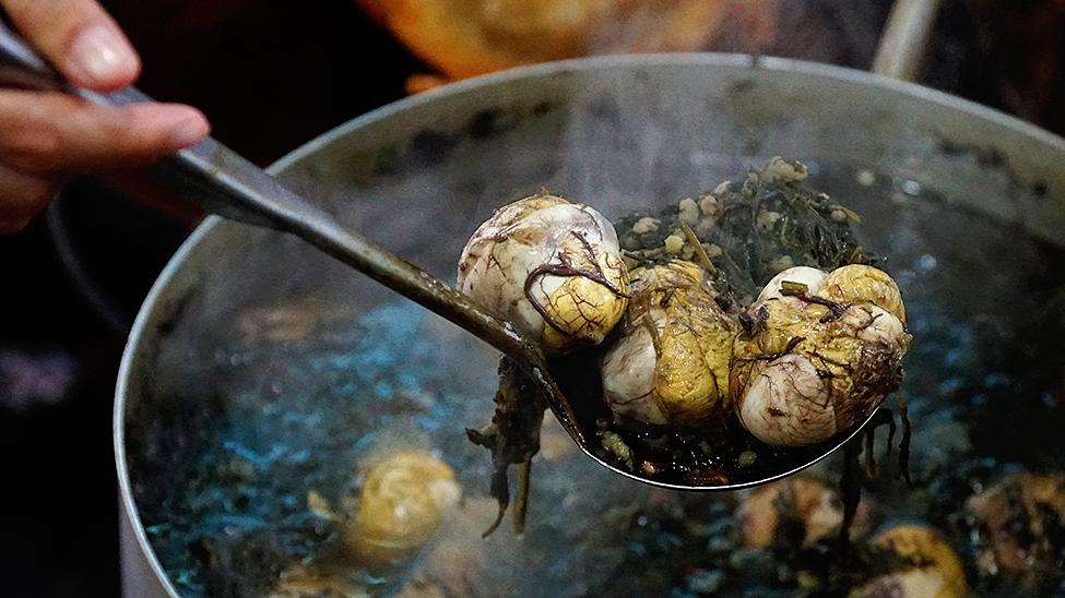 Tiết và trứng vịt lộn hầm lá ngải cứu phải thử ở Hạ Long