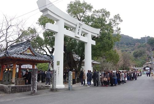Đền Yatsushirogu như các du khách thấy ngày nay được xây dựng như đền Myōken, vào thời hoàng kim có tới 15 ngôi đền giáo phái Tendai và Shingon bao quanh Yatsushirogu. Do đó nơi này cònđược gọi là đền thờ My Myken của 15 nhà sư. Ảnh: Japan Guide.