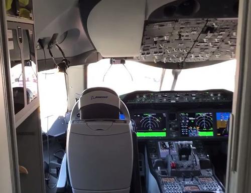 Phi hành đoàn của một hãng hàng không quốc tế vừa hé lộ về những chi tiết, khu vực được giấu kín trên máy bay mà hành khách hầu như chưa bao giờ từng nhìn thấy.Một trong những khu vực đặc biệt, không phải ai cũng được phép vào là buồng lái.Cơ phó Rob Noonan của Qantas nói với News: Ngày nay phần lớn máy bay đều có chế độ lái tự động. Tuy nhiên, mọi phi công đều thích tự điều khiển máy bay.