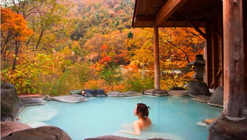 Là một trong những vùng nổi tiếng với số lượng suối khoáng nhiều nhất Nhật Bản và cảnh quan thiên nhiên hùng vĩ, Nikko từ lâu đã trở thành địa điểm yêu thích của khách du lịch trong và ngoài nước. Để trải nghiệm văn hóa tắm onsen của Nhật Bản, bạn có thể ghé thăm khu suối nước nóng nổi tiếng Kinugawa Onsen.