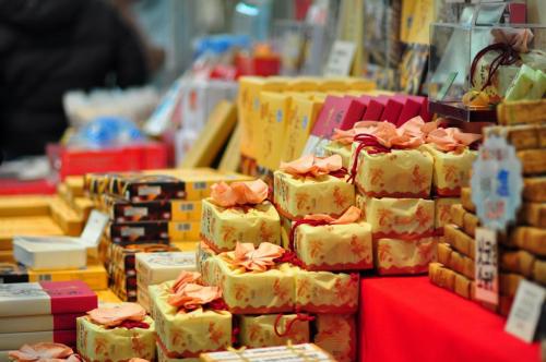 Bạn sẽ dễ dàng tìm thấy đặc sản địa phương như: rượu sake, bánh mì suối nước nóng (onsen ban), cá ngọt, cá hương (ayu),... hay những món đồ mỹ nghệ - thủ công truyền thống nhỏ nhắn, xinh xắn như: nikko geta (guốc gỗ); đồ gốm, sứ (ashioyaki),...