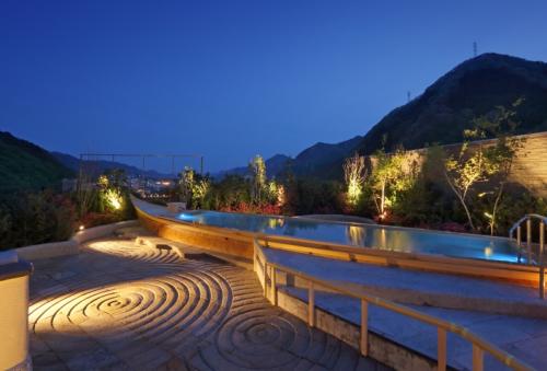 Kinugawa Onsen còn là địa điểm để bạn khám phá, tham quan những địa điểm du lịch nổi tiếng ở thành phố Nikko như: quần thể đền Nikko Toshogu, thác nước Kegon, công viên chủ đề Nikko Wonderland...