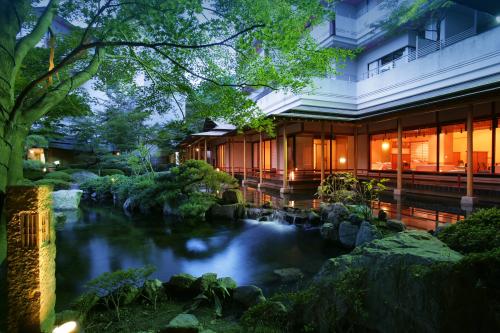 Khu vực suối nước nóng này nằm ở thượng lưu sông Kinugawa, ngang qua thành phố Nikko, tỉnh Togichi. Dòng nước nóng tinh khiết, có tính kiềm và các khoáng chất có tác dụng cải thiện, tăng cường sức khỏe, phục hồi các dây thần kinh, chữa một số bệnh đau nhức và đặc biệt giúp chữa lành các vết bỏng. Đây là địa điểm phù hợp để mọi người cùng nhau nghỉ ngơi, thưởng thức những món ăn hấp dẫn, ngâm mình trong dòng suối nóng và tận hưởng cái ấm nóng lan tỏa khắp cơ thể.
