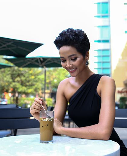 Với Hoa hậu Hoàn Vũ HHen Niê, truyền tải tình yêu cà phê chính là sứ mệnh quan trọng mà cô luôn trăn trở.