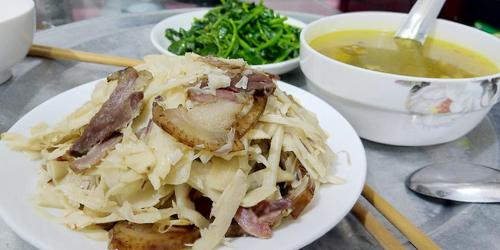 Mâm cơm gồm măng đắng xào thịt lợn hun khói, rau cải ngồng luộc, súp thịt gà nấu gừng. Ảnh: Nguyễn Minh Chuyển.