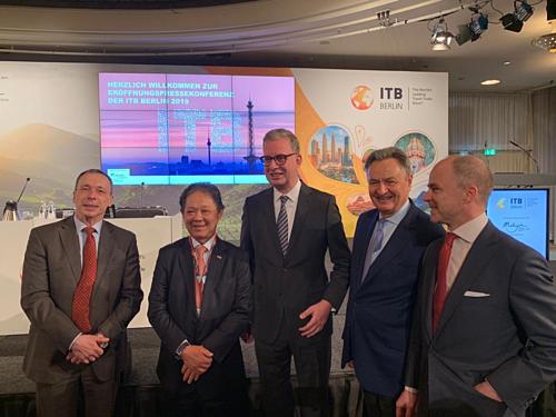 Bộ trưởng Du lịch Malaysia (thứ hai từ trái sang) tại hội chợ Du lịch Đức ITB. Ảnh: Twitter.