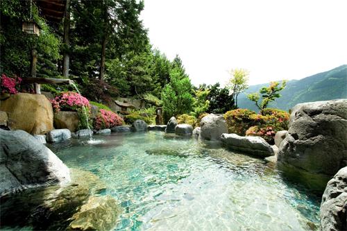 Tắm suối khoáng nóng được nhiều du khách ưa thích. Ảnh: Polkapotbridge.