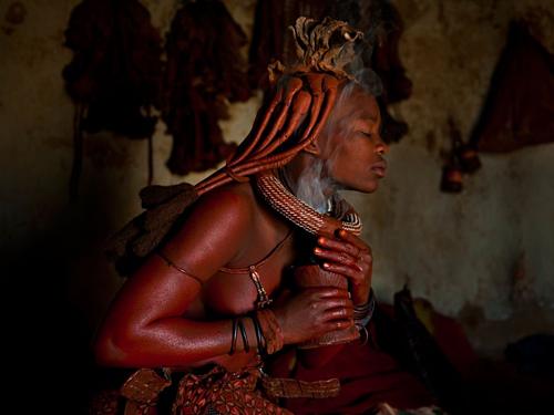 Khói từ cây một dược giúp người Himba toát mồ hôi. Ảnh: Mimifroufrou.