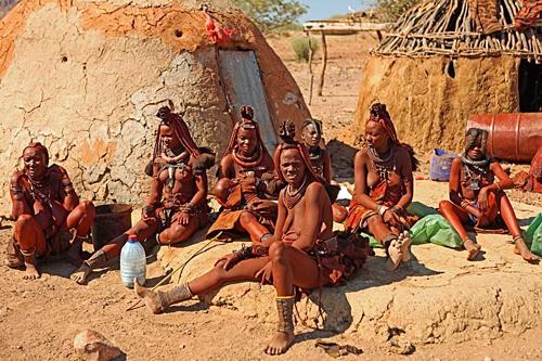 Nhiều phụ nữ Himba vẫn giữ nguyên truyền thống này từ đời này sang đời khác dù qua bao thăng trầm. Ảnh:Face 2 Face Africa.
