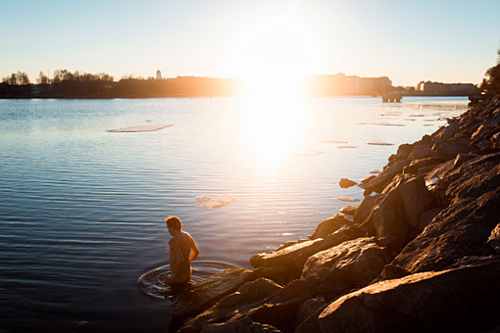 Sau khi tắm xông hơi xong, mọi người sẽ tắm lại bằng nước lạnh, hoặc nhảy xuống hồ lạnh để tắm. Ảnh: Visit Finland.