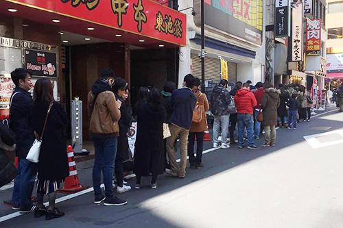 Khách xếp hàng dài trước Pho Thin TOKYO trong ngày khai trương, 9/3. Ảnh: Pho Thin TOKYO.