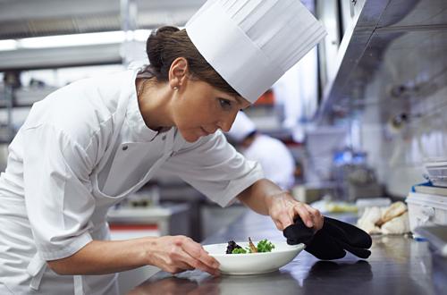 Đầu bếp trong các nhà hàng sang trọng dồn nhiều tâm huyết vào từng món ăn. Ảnh: RCM Senior Living.
