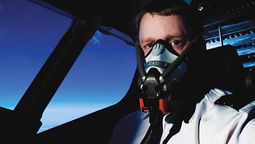 Phi công tại phần lớn hãng bay trên thế giới đều không để râu, đeo khuyên mũi để đảm bảo an toàn bay. Ảnh: Beard and company.