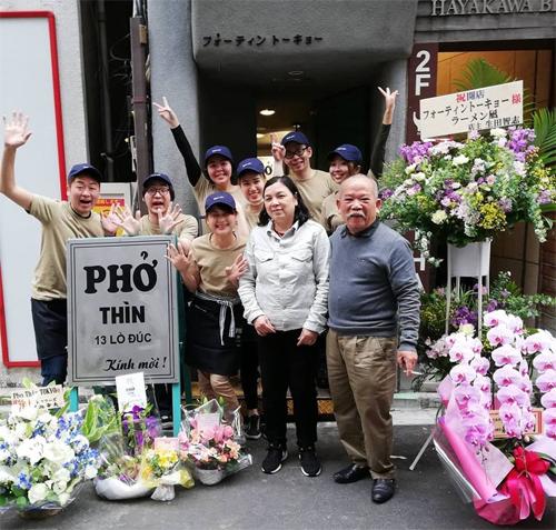 Ông Thìn chụp ảnh chung với các nhân viên ở Tokyo. Ảnh: Pho Thin Tokyo.