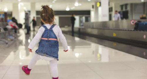 Phi cơ phải quay đầu vì hành khách để quên con ở sân bay