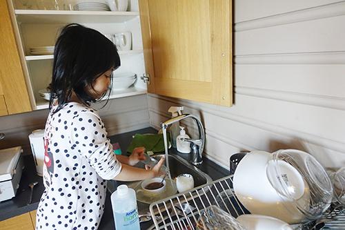 Bé Sumo, con gái MC Diệp Chi được rèn luyện cách sống tự lập từ nhỏ. Ảnh: NVCC.