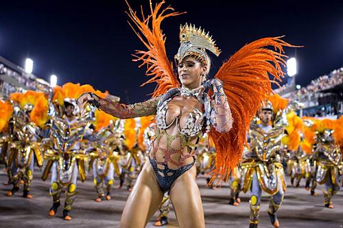 Các vũ công ăn mặc gợi cảm biểu diễn trong lễ hội năm nay. Ảnh: Rio.