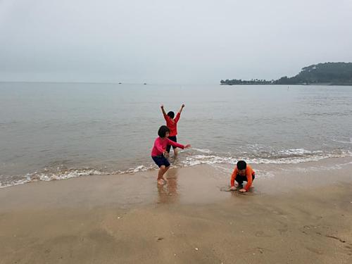 Lũ trẻ khi nhìn thấy biển thì ào xuống nước để nghịch. Ảnh: NVCC.