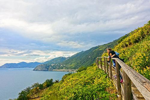 Hai mẹ con Diệp Chi ngắm biển Địa Trung Hải từ triền núi vùng Liguria,Italy. Ảnh: NVCC.