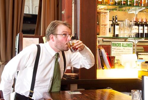 Bồi bàn nói đồ uống mà bạn đặt bị ghi nhầm, sự thật là họ đã ghi đúng món bạn cần. Tuy nhiên, chúng tôi đã uống hết thức uống đó rồi và bạn sẽ phải gọi món khác. Ảnh: Thrillist.
