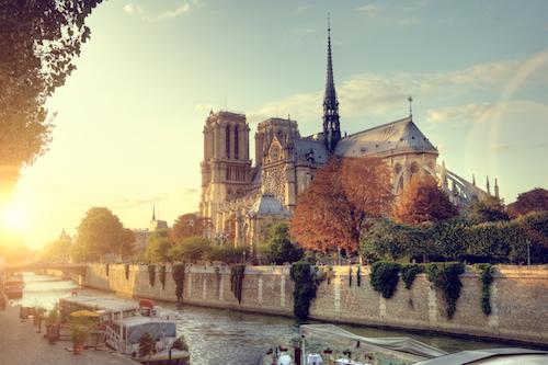 Một góc của nhà thờ Đức Bà nhìn từ phía sông Seine của Paris.