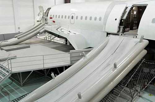 Bí mật về chiếc máng trượt thoát hiểm khi máy bay gặp nạn - ảnh 1