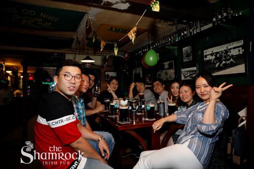 Nơi họp mặt lý tưởng của các nhóm bạn cùng nhau uống bia và thưởng thức các món ngon.