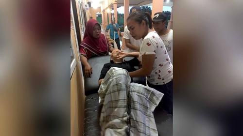 Một người đàn ông bị thương nặng đang được điều trị tại vụ sạt lở đất trên đảo Lombok. (Ảnh: Đội tìm kiếm và cứu hộ Mataram).