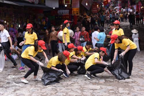 Người Việt dọn sạch rác hưởng ứng thách thức trên mạng.