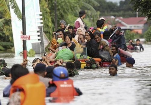 Người dân ở Santani sơ tán sau trận lũ quét. (Ảnh: PTI.