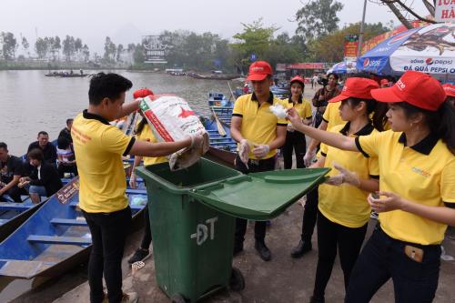 Mỗi ngày sẽ có 20 nhân viên MobiFonehỗ trợ cho đội vệ sinh của ban tổ chức thu gom và phân loại rác, đưa về địa điểm tập kết từ 7h đến 19h.