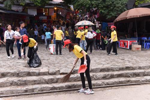 Nhân viên Công ty Dịch vụ MobiFone khu vực 1- Tổng công ty Viễn thông MobiFone tham gia dọn rác.