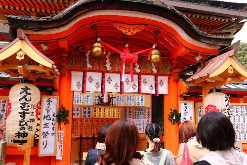 Đền Jishu-jinja có một số địa điểm cầu nguyện tình duyên trong khuôn viên đền. Ảnh: Japanhoppers