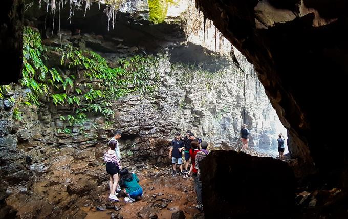 Hang động dưới chân thác nước ở Lâm Đồng