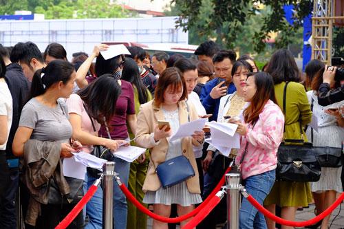 Khách xếp hàng dài trước gian hàng bán vé 0 đồng và vé giá rẻ của Vietnam Airlines và Jetstar tại VITM năm ngoái. Ảnh: Hương Chi.