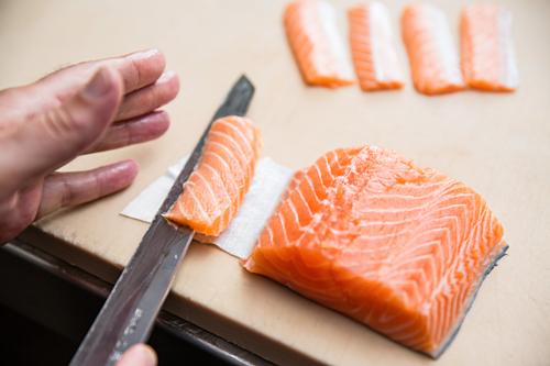 Những đầu bếp sushi chuyên nghiệp sẽ thái miếng cá thành những lát mỏng từ 3 đến 10 mm, kích thước này giúp họ phát hiện bất kỳ ký sinh trùng nào, theo The Conversation. Ảnh: Chef Epic.