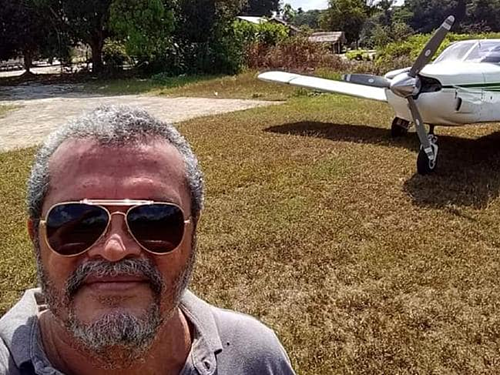 Moura chụp ảnh cùng chiếc máy bay vẫn dùng để chở hành khách bay qua rừng Amazon. Ảnh: News.