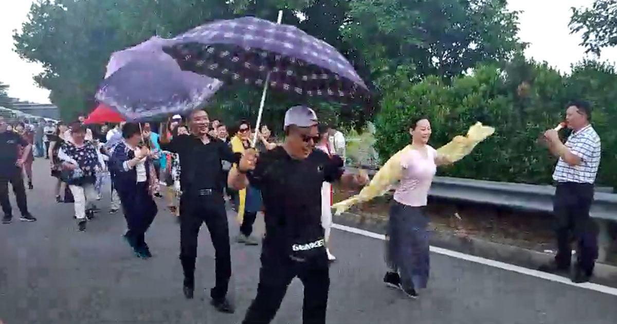 Kẹt xe 8 tiếng ở Singapore, khách Trung Quốc xuống...