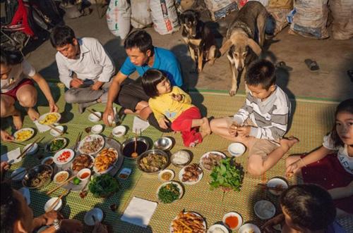 Một gia đình ăn tối với món thịt chuột.