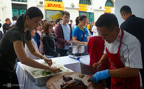 Ông Chan (phải) sẽ phục vụ 1.000 phần cơm gà tại Lễ hội Singapore. Đầu bếp này đã thử nhiều món ăn truyền thống của Việt Nam, đặc biệt ấn tượng với cà phê trứng và cà phê cốt dừa, thức uống không có tại Singapore.Ảnh:Phạm Huyền.