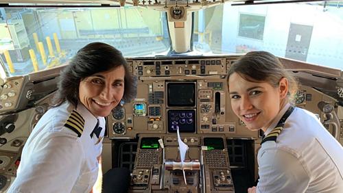 Khách Mỹ bất ngờ khi bay chuyến có hai phi công là mẹ con