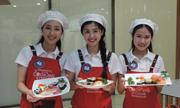 Top 15 'Đại sứ thiện chí hoa anh đào' học làm sushi chuẩn vị Nhật