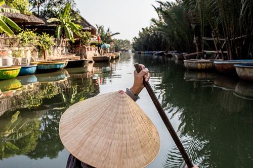 Trải nghiệm thuyền thúng trên dòng sông rợp bóng dừa.