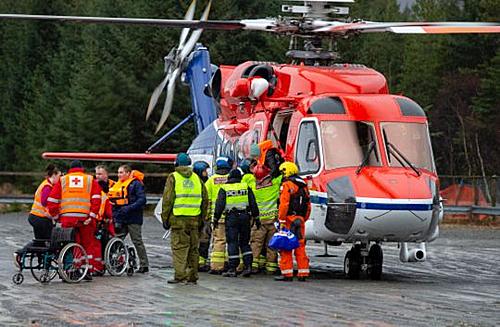 Trực thăng đưa hành khách vào bờ ngày 24/3. Ảnh: Svein Ove Ekornesvag/AP.
