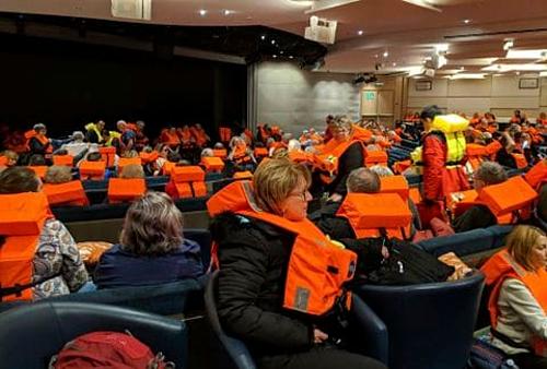 Hành khách ngồi đợi được sơ tán khỏi du thuyền vào 23/3. Ảnh:Michal Stewart.